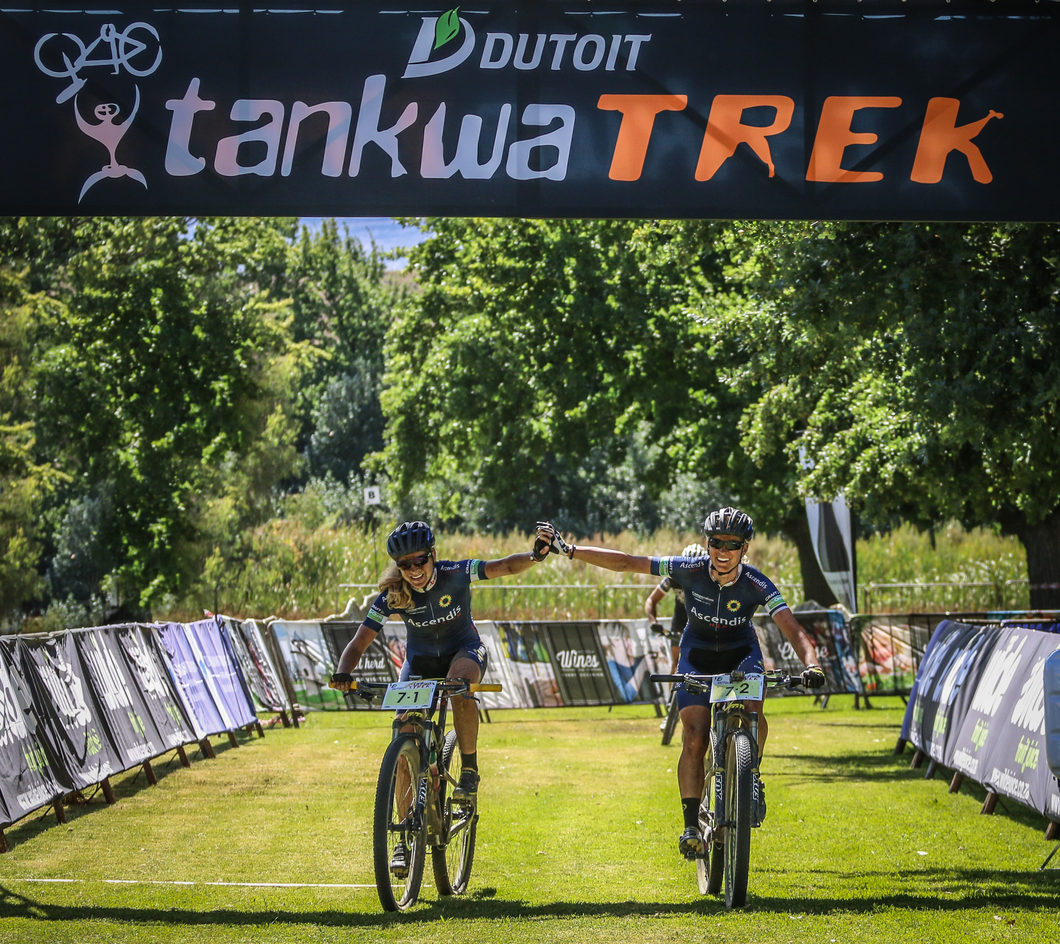 Jennie Stenerhag and Robyn de Groot (Ascendis)  taking first place on stage 1 - www.oakpics.com