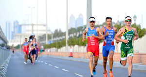 Richard Murray in action this past weekend in the WTS Abu Dhabi. Racing against Mario Mola and Luis Vincent. Credit: ITU/Janos Schmidt
