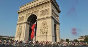 Riders passing the Arc de Triomphe - Photo © A.S.O