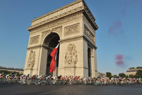Riders passing the Arc de Triomphe - Photo © A.S.O