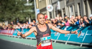 In a major coup for the race, the organisors of the 2016 FNB Cape Town 12 ONERUN which takes place in Cape Town on Sunday, 15 May, have announced a record incentive of R10 000 should the SA Record of 34:23 (men) or 38:39 (women) be broken on race day.  Elroy Gelant will be one of the hopefuls looking to break the record and secure the prize.  Seen here:  Gelant in action at the 2015 FNB Cape Town 12 ONERUN.  PHOTO CREDIT:  Tobias Ginsberg