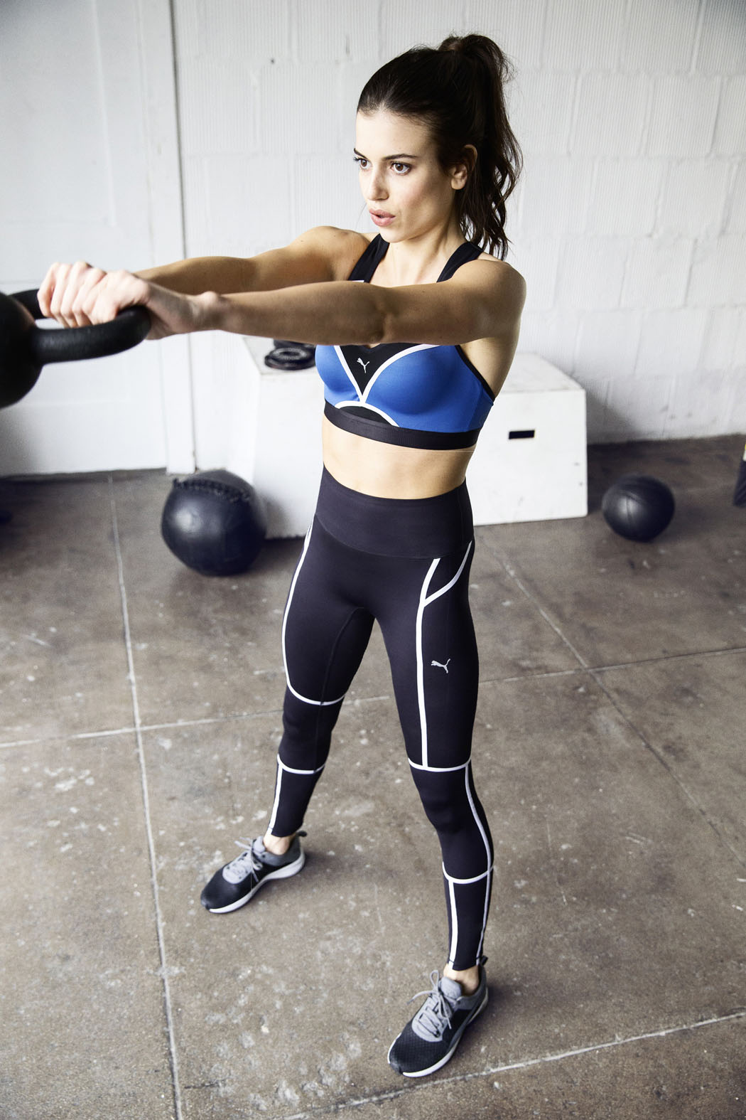 The PWRSHAPE Bra, Tank, Jacket and 3/4 tight is everything you need to look and feel good while training, proof that you can control and have it all at the same time. The PWRSHAPE kit features dryCell technology, a highly functional material that draws sweat away from the skin and helps keep you dry. Power Mesh detailing offers ventilation to keep you cool throughout your workout.
