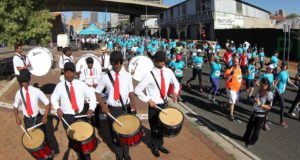 Joburg's leading performing arts groups will be the source of much excitement on route at the 2nd annual FNB Joburg 10K CITYRUN on Sunday, 24 September 2017.  Seen here:  Runners enjoying the on rout entertainment at the inaugural FNB Joburg 10K CITYRUN in 2016. Event organisers have announced that the 2017 on route entertainment will be bigger and better.  Dance groups to look out for will include:  Moving into Dance Mophatong (MID), The Field Band Foundation, the Parktown Boys' High School Band and the Sophiatown Majorettes Club.  Photo Credit:  Abbey Sebatha