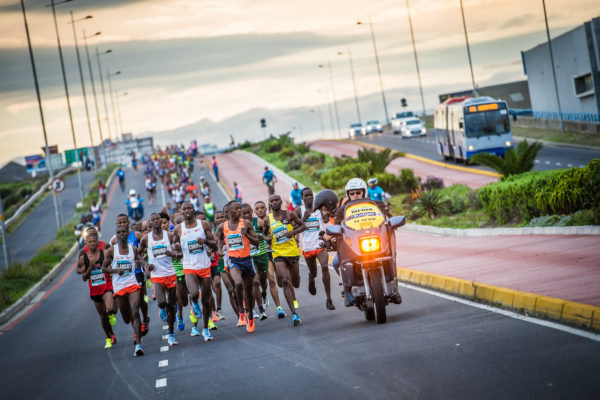 The Elite Men's field in action at the 2018 FNB Cape Town 12 ONERUN.  Photo Credit:  Tobias Ginsberg