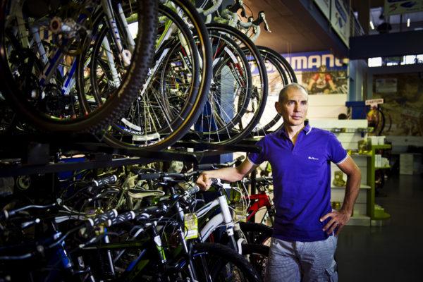 110113w BEELD NUUS Onder 4 Oe met Andrew McLean, stigter van CycleLab en voormalige beroepsfietsryer. FOTO: NELIUS RADEMAN (Foto24 Gauteng) ; STORIE: ANIM VAN WYK